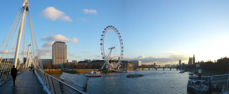 LONDUN EYE DURING A BEAUTIFUL DAY